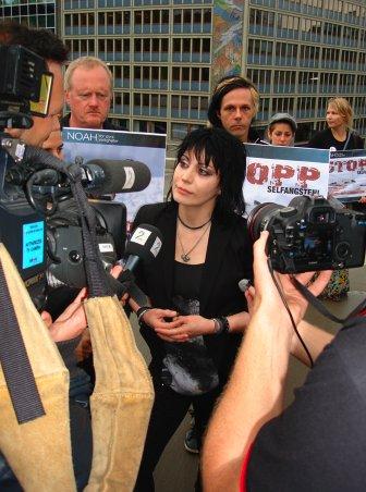 Joan Jett omringet av presse i forbindelse stopp selfangsten.