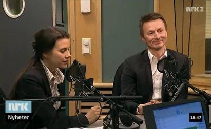 Siri Martinsen på NRK Nyheter som sitter og snakker i mikrofonen på Dagsnytt i Fiskeridepartementet. debatt med