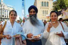 Mange vil smake på de vegetariske fristelsene NOAH delte ut.