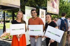 Ordførerkandidat for Miljøpartiet De Grønne, shoaib sultan tok pause fra valgkampen og hjalp til med matutdelingen, her sammen med Kaisa Hautala og Siri Martinsen.