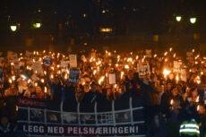 Folkemengde-med-banner-foran