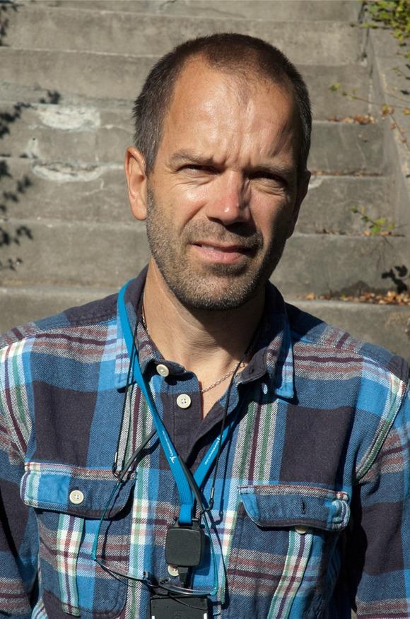 Portrettbilde av Henrik Rasmussen som smiler inn i kamera