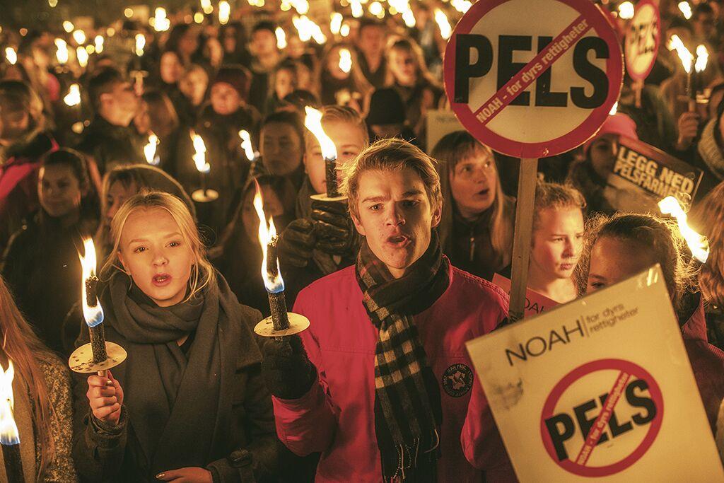 Tusenvis av mennesker over hele landet viste sin motstand mot pelsdyræringen lørdag 12. november. Foto: Martien