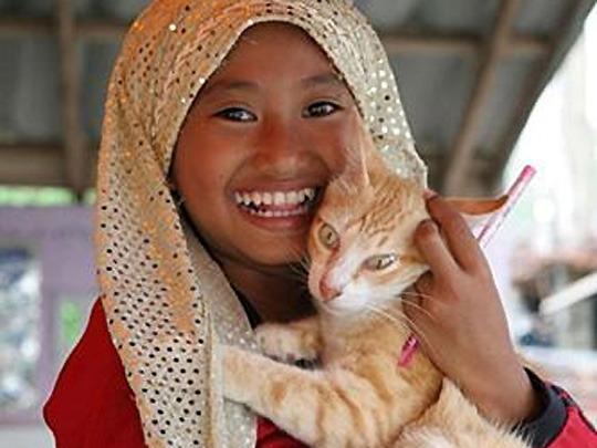 Muslimsk jente med katt