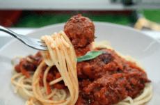 Spagetti og bønneboller - en av mange fristende oppskrifter du finner i NOAHs nye oppskrifsarkiv!