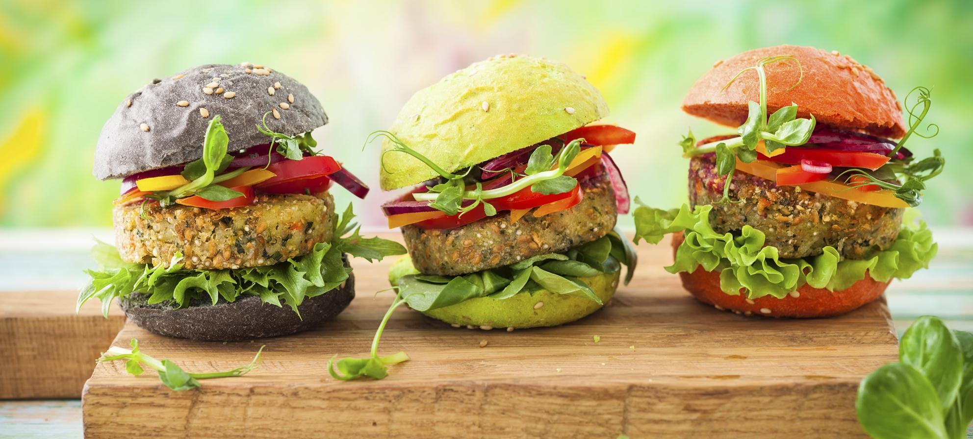 bildet viser tre fargerike veganske burgere