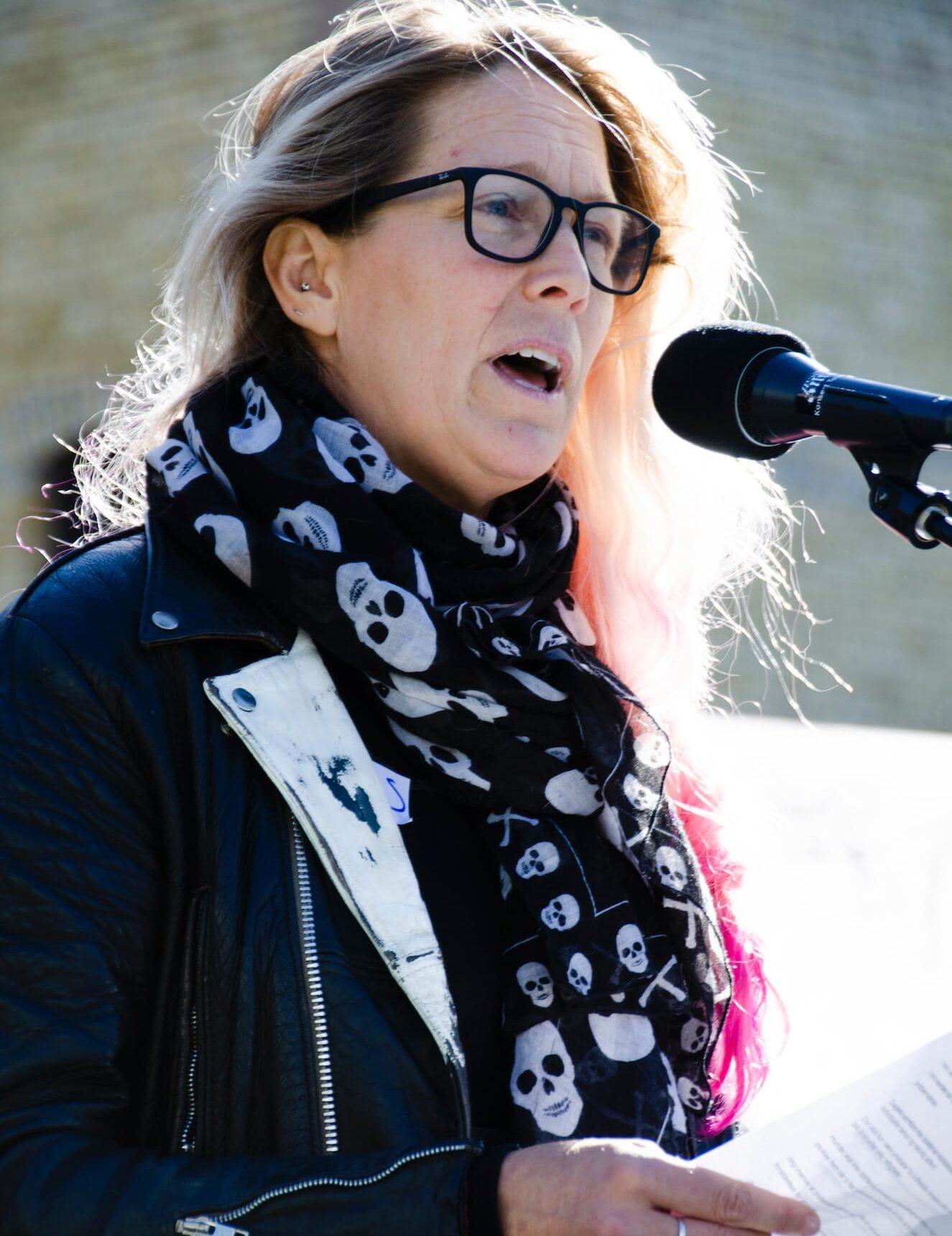 Hundepsykolog Tess Erngren står på scenen og snakker.