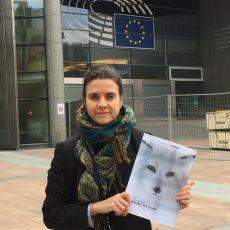 Siri Martinsen foran EU-parlamentet i forkant av rapportlanseringen torsdag.
