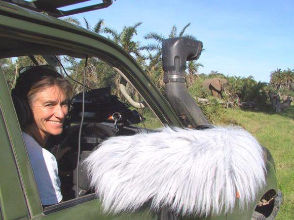 Joyce Poole tar lydopptak av elefantkommunikasjon i felt.