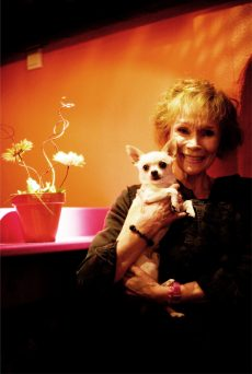 Monna Tandberg og hund. Foto : Tarjei Eknes Krogh
