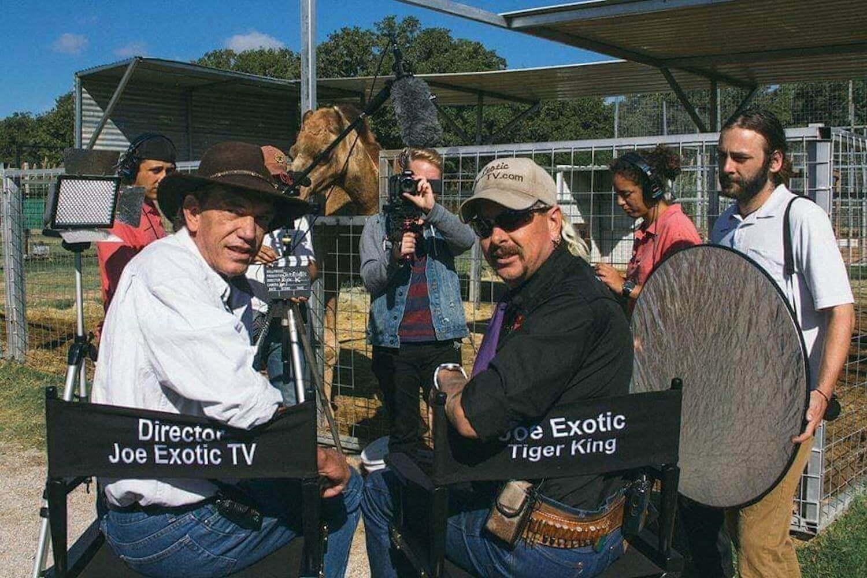 Bilde av Rick Kirkham og Joe Exotic i dyrehagen hans på set av innspillingen til Tiger King