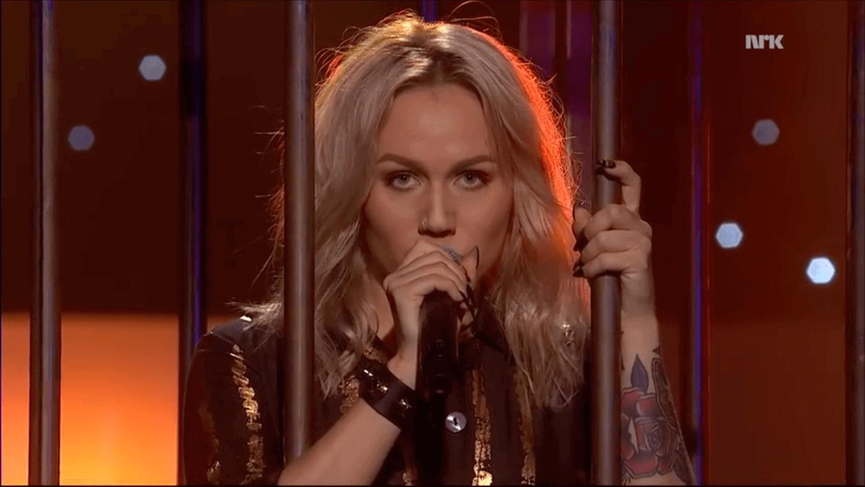 Tomine Harket som synger på scenen mens hun står inni et bur