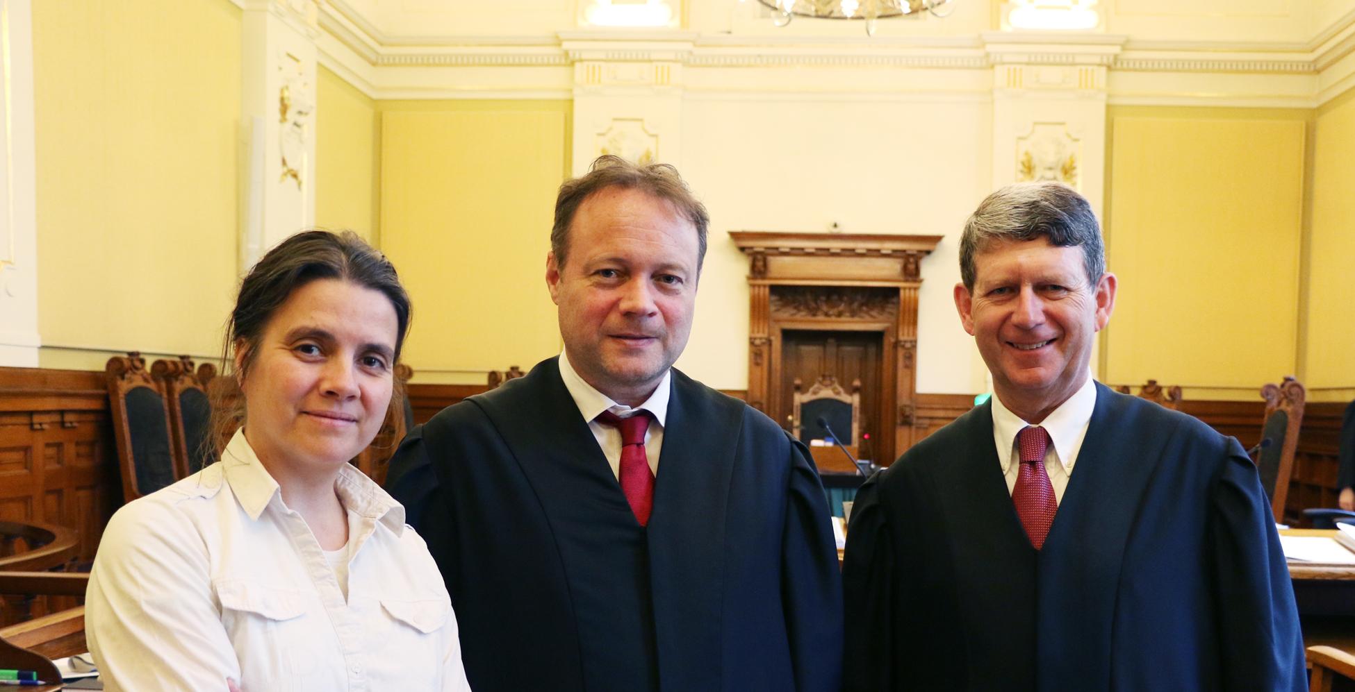 NOAHs leder Siri Martinsen i Høyesterett sammen med advokatene Andreas Meidell og Stephen Knudtzon, som førte saken for henholdsvis Bobs eier og NOAH som partshjelper