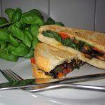 Sandwich med grillet aubergin og tomat