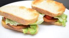 sandwich med karriveganese, avokado, velami, salat og tomat